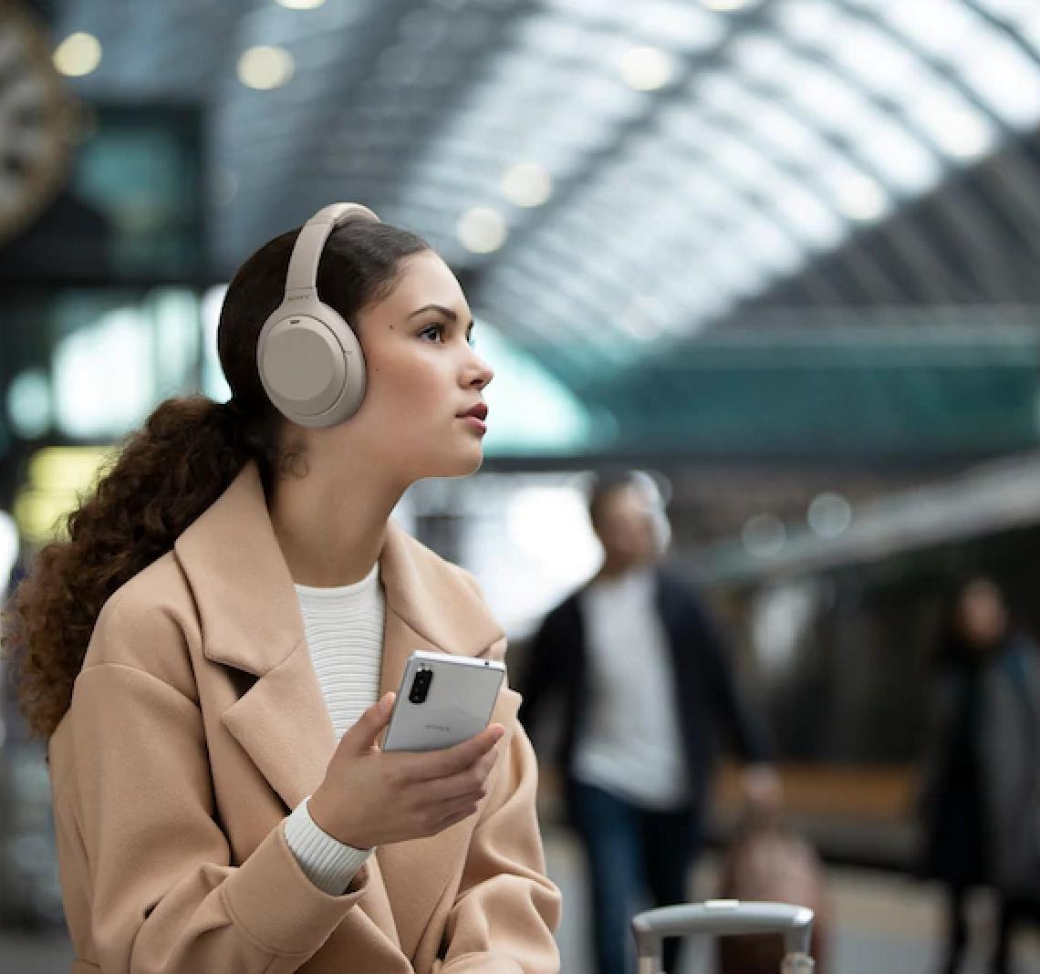 Muss man den Musikgenuss schnell für eine wichtige Information in der Außenwelt unterbrechen, genügt dank des Quick Attention Modus ein kurzes Berühren der seitlichen Kopfhörermuscheln.