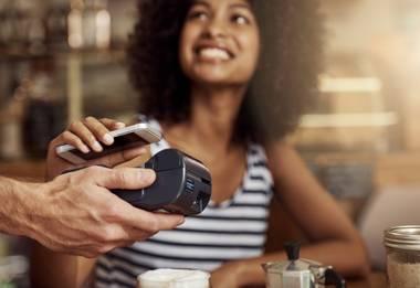 Die Samsung-Handys haben einen NFC-Chip, womit kontaktloses Zahlen über Samsung Pay möglich ist.