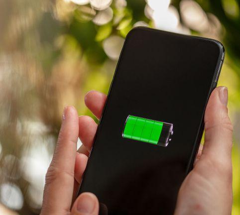 Einsteiger- und Mittelklasse-Handys mit gutem Akku